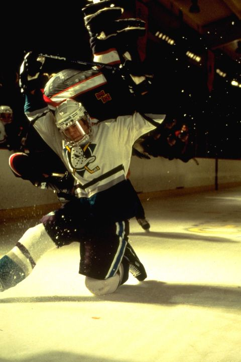 "Als die Gewinnsträhne abreißt, erwägt das College, den Mitgliedern des ""Mighty Ducks""-Teams die Stipendien abzuerkennen. Da erweist sich Trainer... - Bildquelle: Disney.  All Rights Reserved."