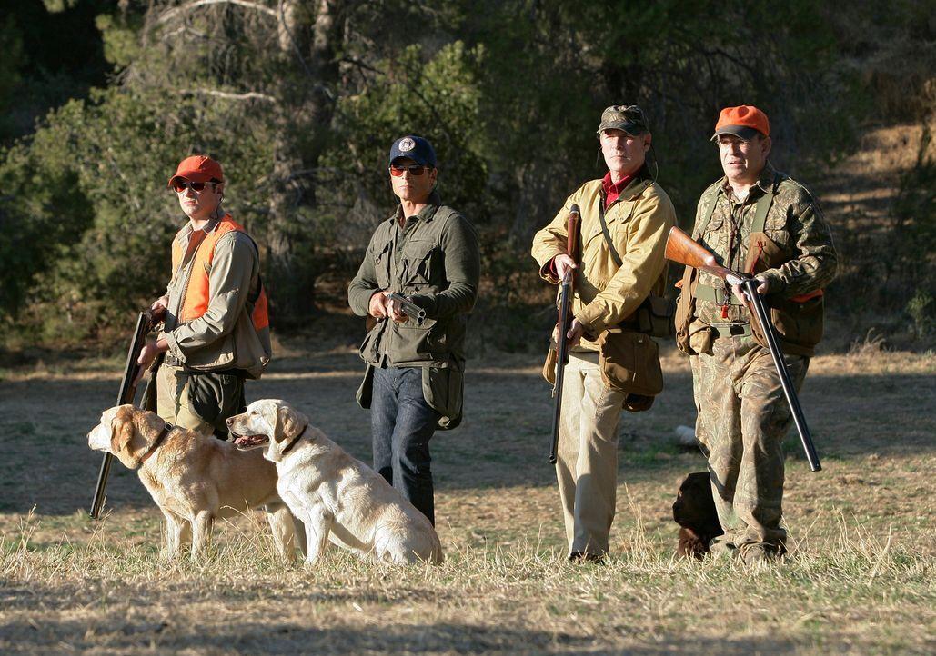 Die Jagd beginnt: Kevin (Matthew Rhys, l.), Robert (Rob Lowe, 2.v.l.), Gordon Alexander (Cotter Smith, 2.v.l.) und Senator Wade Newman (David Brisbi... - Bildquelle: 2008 ABC INC.