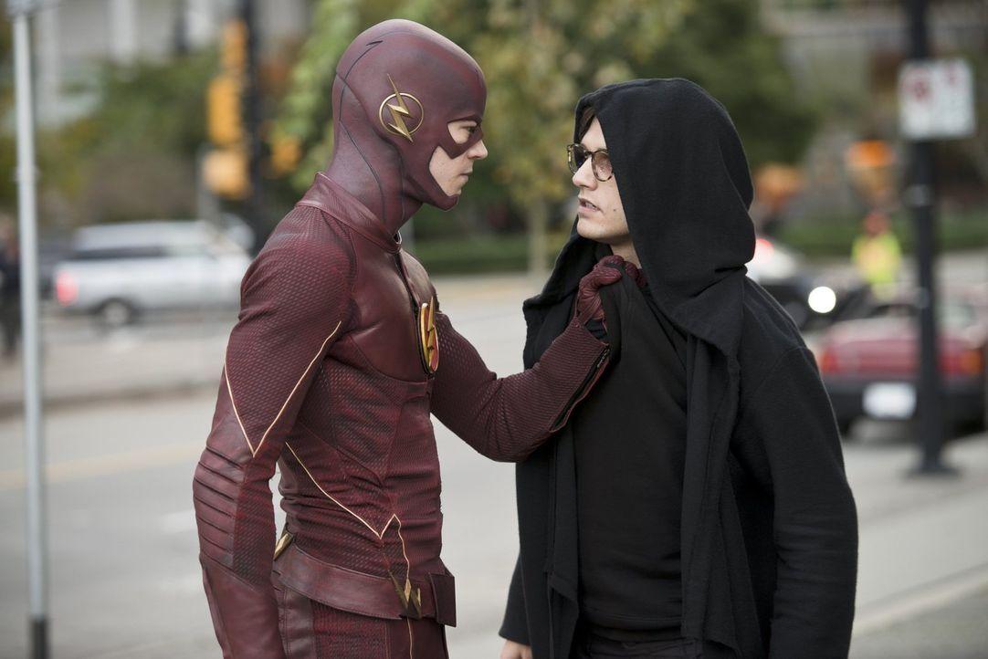 Barry alias The Flash (Grant Gustin, l.) nimmt den Kampf gegen Hartley Rathaway alias Pied Piper (Andy Mientus, r.) auf ... - Bildquelle: Warner Brothers.