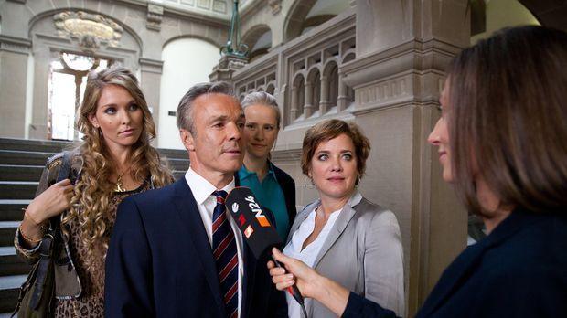 Mit Axel (Hannes Jaenicke, 2.v.l.) an der Seite sehen Jenny (Susanne Bormann,...