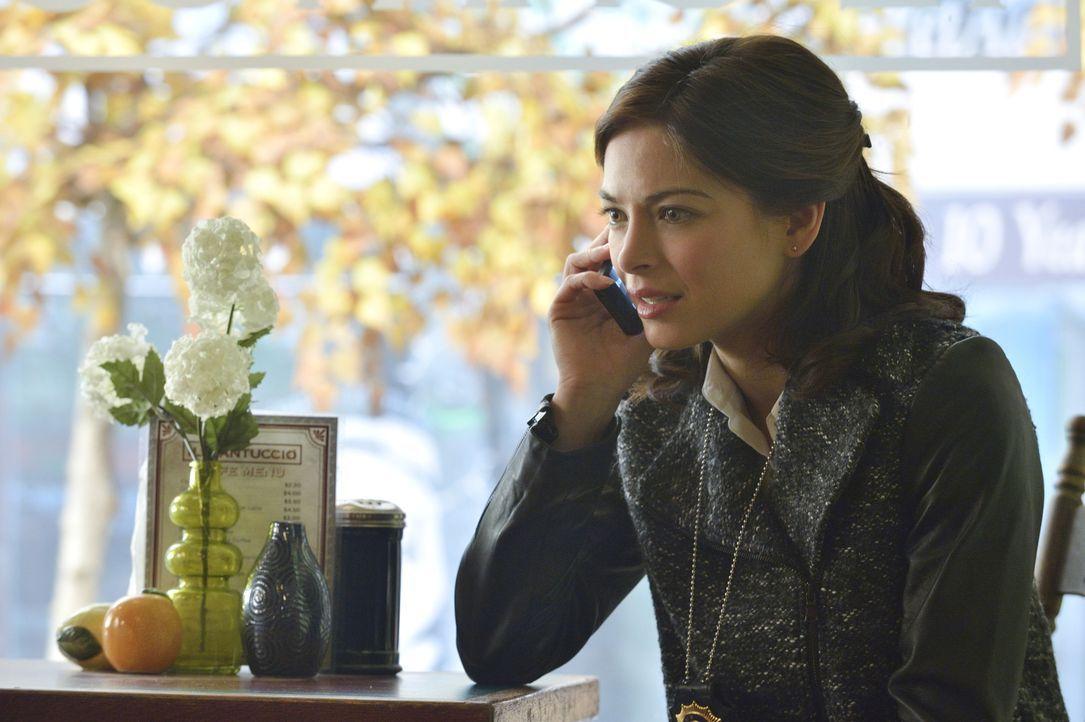 Die vielen Frauen, die wie Carol aussehen, sind für Catherine (Kristin Kreuk) höchst verdächtig. Zu Recht? - Bildquelle: Ben Mark Holzberg 2015 The CW Network, LLC. All rights reserved.