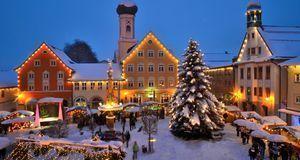 Ebenso zum Weihnachtsmarkt wie Heißgetränk und Naschereien gehört ein geschmü...