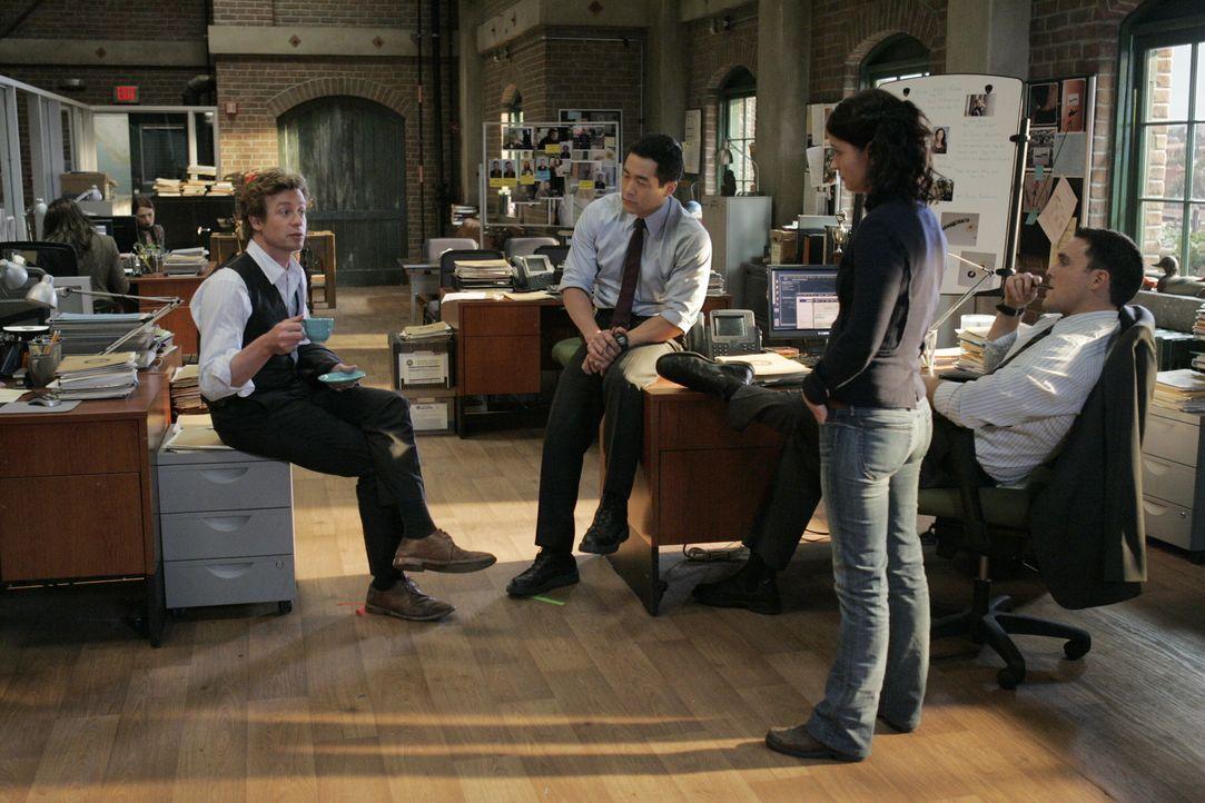 Ein neuer Mordfall beschäftigt das Team. Raffiniert gehen Patrick (Simon Baker, l.), Kendall (Tim Kang, 2.v.l.), Teresa (Robin Tunney, 2.v.r.) und W... - Bildquelle: Warner Bros. Television