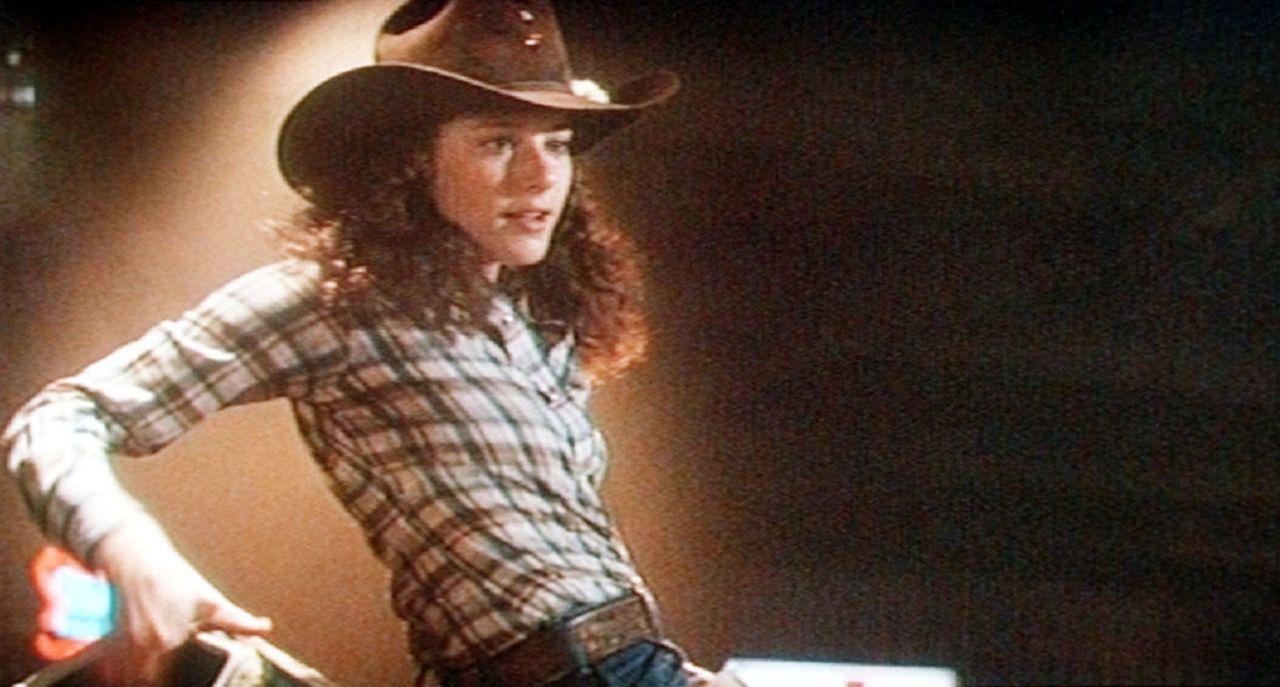 Sissy (Debra Winger) versucht ihr Glück auf dem elektrischen Bullen. Ob ihrem Bud das recht ist?