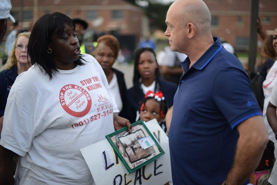 In Memphis trifft Ross Kemp (r.) immer wieder auf Menschen, die Freunde oder Familienmitglieder durch die ständige Gewalt in den Straßen der ärmsten... - Bildquelle: Freshwater Films Ltd 2015