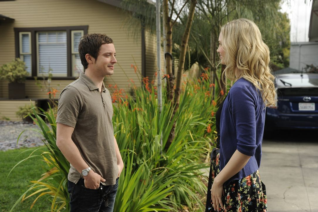Die hübsche Jenna (Fiona Gubelmann, r.) hat ihrem Nachbarn, dem ehemaligen Anwalt Ryan Newman (Elijah Wood, l.), völlig den Kopf verdreht ... - Bildquelle: 2011 FX Networks, LLC. All rights reserved.