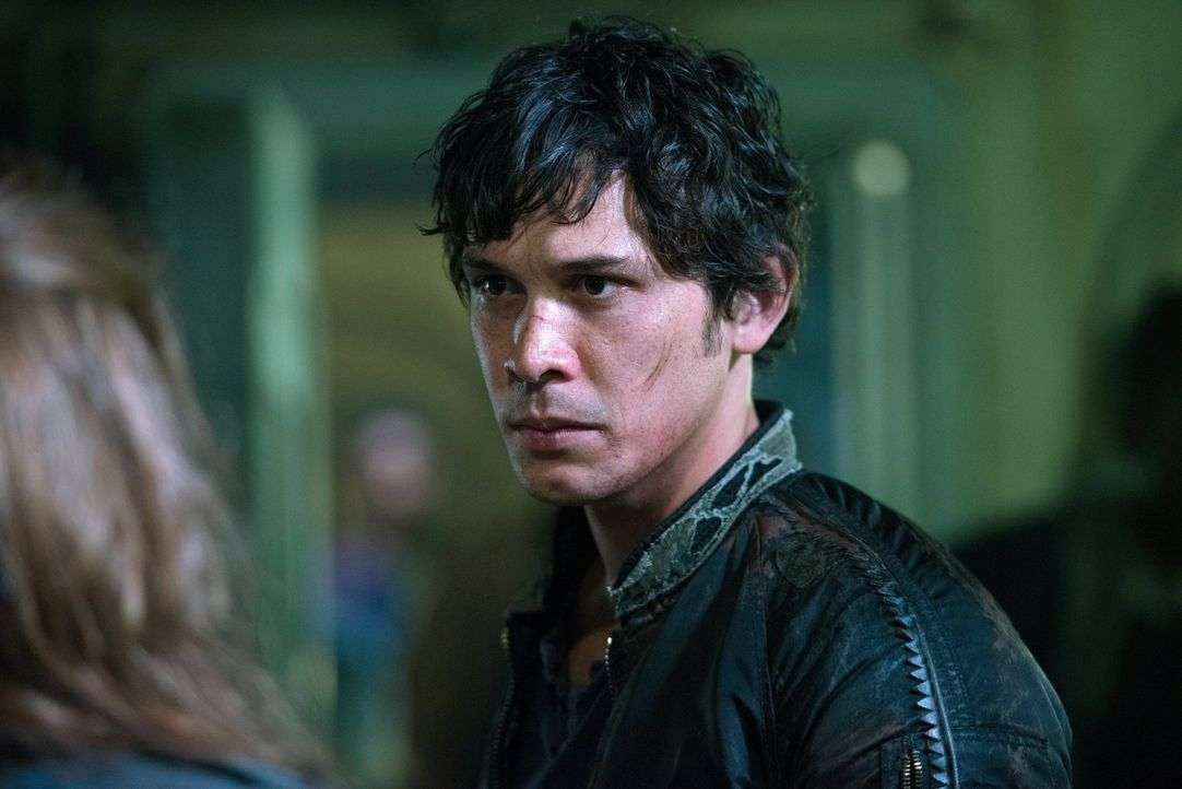 Wird Bellamy (Bob Morley) wirklich zulassen, dass Finn grausam von den Groundern getötet wird? - Bildquelle: 2014 Warner Brothers