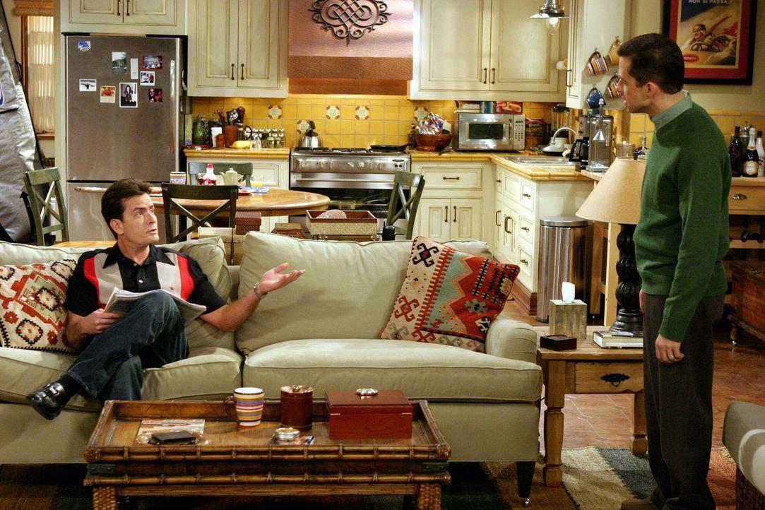 Durch eine Frau entwickelt sich zwischen Charlie (Charlie Sheen, l.) und Alan (Jon Cryer, r.) ein richtiger Konkurrenzkampf ... - Bildquelle: Warner Brothers Entertainment Inc.