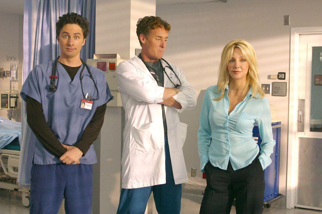 Pharmazeutin Julie Keaton (Heather Locklear, r.) sorgt für einigen Wirbel zwischen Dr. Cox (John C. McGinley, M.) und J.D. (Zach Braff, l.) ... - Bildquelle: Touchstone Television