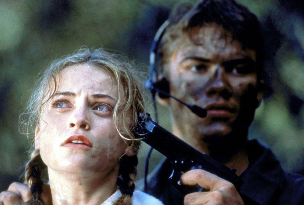 Als der Terrorist Eric (Chris Sadrinna, r.) bemerkt, wen er da überfallen hat, beschließt er, Jess (Monica Keena, l.) als Geisel zu nehmen ... - Bildquelle: Columbia TriStar