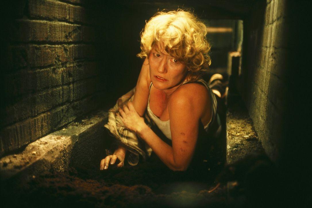 Nachts wird Ellen (Suzanne von Borsody) in ein Verlies unter dem Haus gesperrt, kann dort ausbrechen und gelangt so in eine Höhle. Doch Leon verfol... - Bildquelle: Norbert Kuhroeber Sat.1