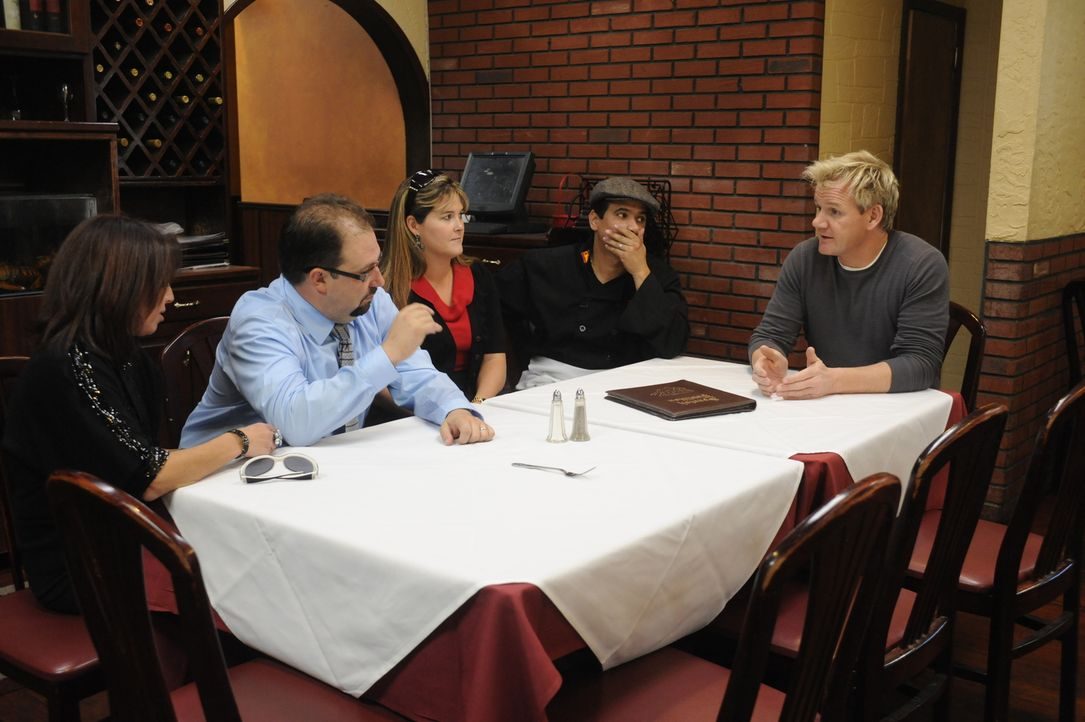 """Im Krisengespräch mit den Besitzern des """"Spanish Pavillion"""": Gordon Ramsey (r.) ... - Bildquelle: Jeffrey Neira Fox Broadcasting.  All rights reserved."""