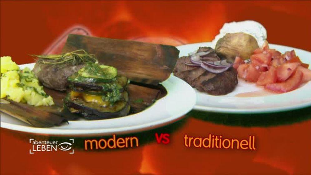 Barbecue-Grill-Burger mit Rosmarin-Kartoffeln und Krautsalat