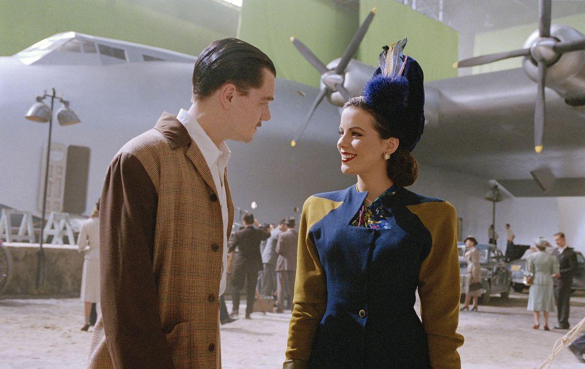 Obwohl sie offensichtlich völlig gegensätzlich sind, haben Ava Gardner (Kate Beckinsale, r.) und Howard Hughes (Leonardo DiCaprio, l.) lange Zeit ei... - Bildquelle: Miramax International