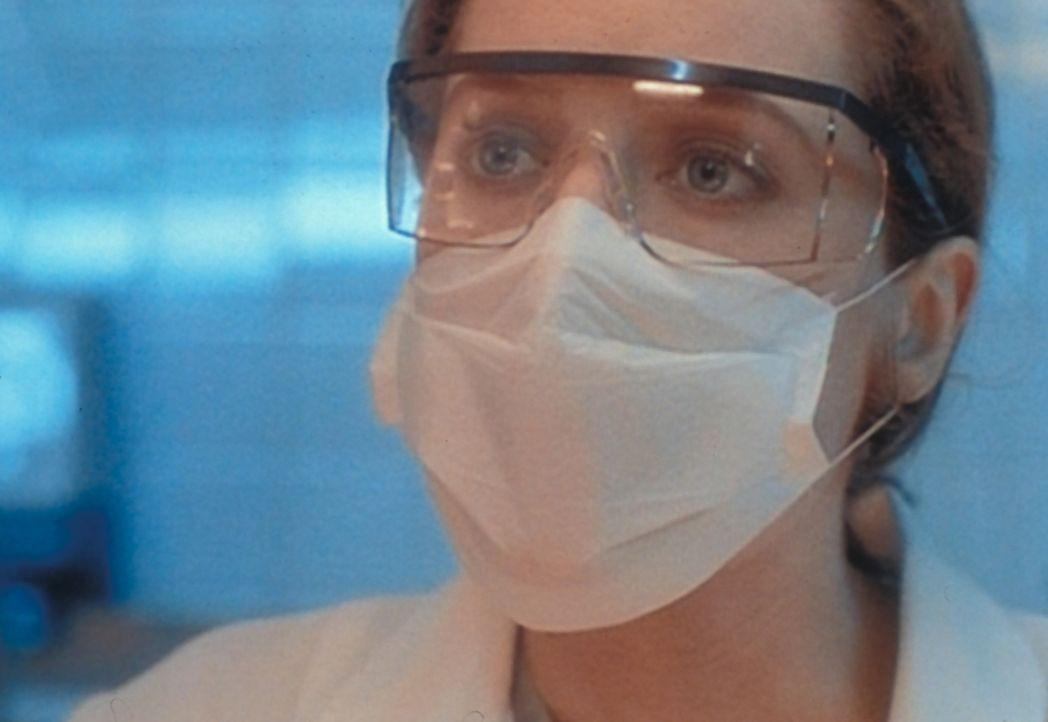 Scully (Gillian Anderson) stellt bei der Autopsie einer außerirdischen Leiche fest, dass der tote Außerirdische in Wirklichkeit ein verkleideter Men... - Bildquelle: TM +   Twentieth Century Fox Film Corporation. All Rights Reserved.
