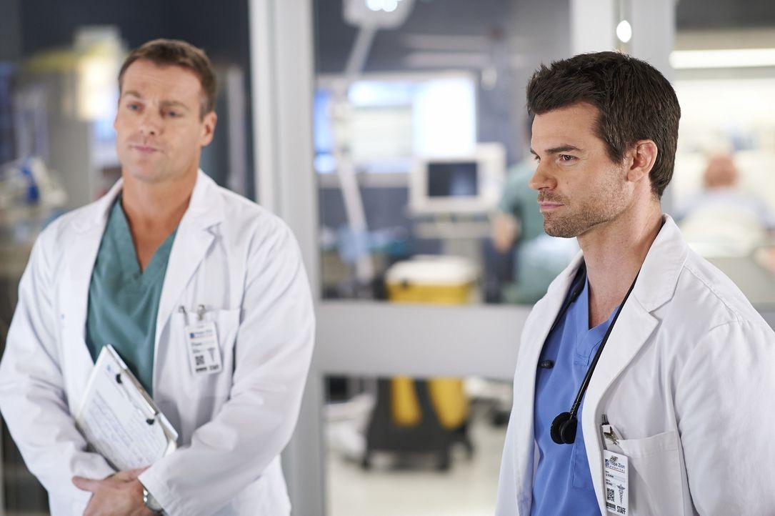 Der Ruf eines Patienten bereitet Charlie (Michael, Shanks, l.) und Joel (Daniel Gilllies, r.) einige Sorgen ... - Bildquelle: 2013  Hope Zee Two Inc.