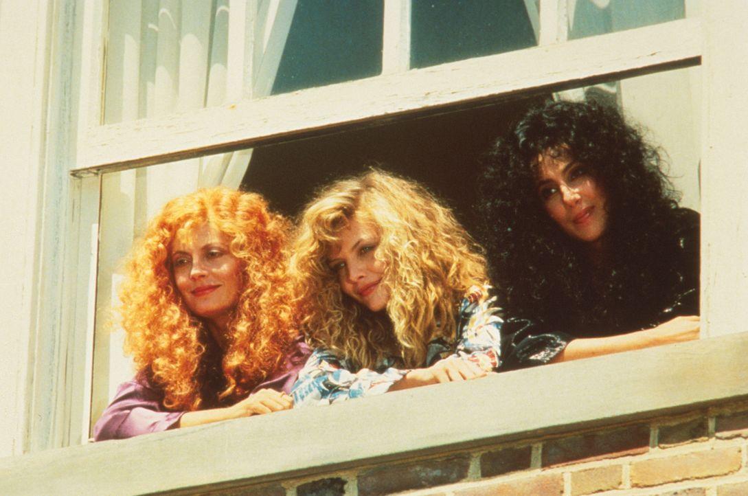 Der schwerreiche Junggeselle Daryl hat ein leichtes Spiel mit den Provinzschönen von Eastwick: Die Freundinnen Alex (Cher, r.), Jane (Susan Sarandon... - Bildquelle: Warner Bros.