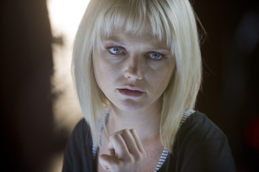 Matt überredet Abby (Hannah Spearritt), in Connors Büro einzubrechen, um die Daten zu stehlen, an denen er gerade arbeitet. Sie hasst sich für de... - Bildquelle: ITV Plc
