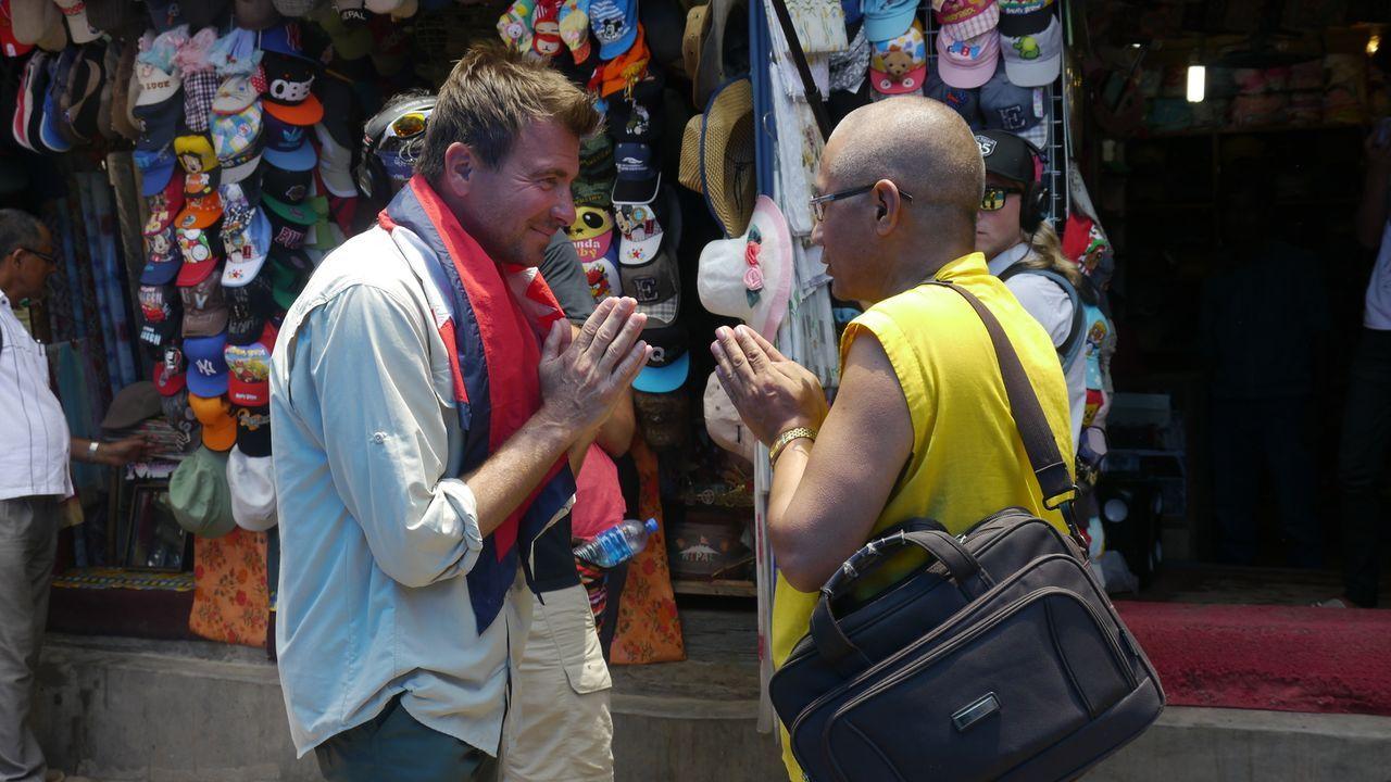 Wie trinkt die Welt? Bar-Profi Jack Maxwell (l.) reist nach Nepal, um in eine völlig neue Welt der Drinks des Landes und seiner Leute einzutauchen .... - Bildquelle: 2014, The Travel Channel, L.L.C. All Rights Reserved.