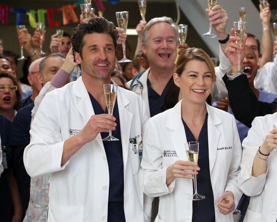 Als Cristina für den Harper Avery Award nominiert wird, wird sie von Meredith (Ellen Pompeo, r.), Derek (Patrick Dempsey, l.) und der restlichen Bel... - Bildquelle: ABC Studios