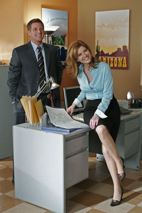 Lynette besucht Tom (Doug Savant, l.) bei der Arbeit und entdeckt, dass er seit drei Monaten mit seiner früheren Freundin Annabel (Melinda McGraw, r... - Bildquelle: Touchstone Television