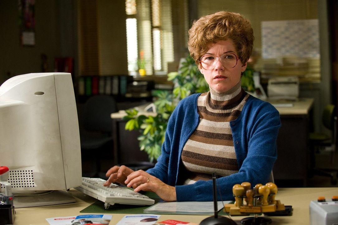 Frau Weber (Anke Engelke) ist eine stets schlecht gelaunte Angestellte im Arbeitsamt. - Bildquelle: Willi Weber Sat.1
