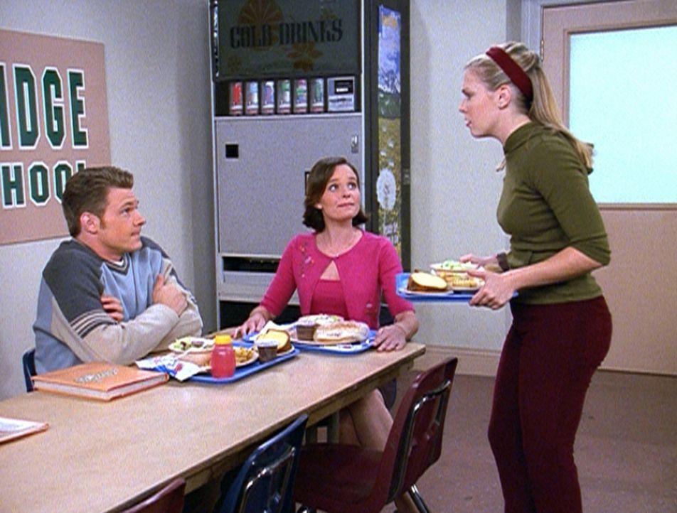 Sabrina (Melissa Joan Hart, r.) kann es nur schwer verkraften, dass Colette (Ginger Williams, M.) Harveys (Nate Richert, l.) neue Freundin ist. - Bildquelle: Paramount Pictures