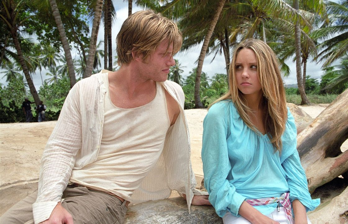 Mit ihrem Schwarm Jason Masters (Chris Carmack, l.) an einem einsamen Strand. Ein Traum scheint für Jenny Taylor (Amanda Bynes, r.) in Erfüllung geg... - Bildquelle: Media 8 Entertainment