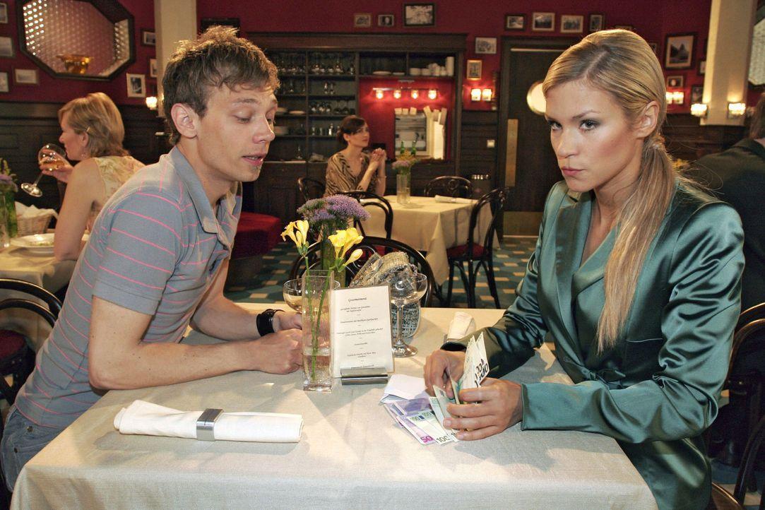 Sabrina (Nina-Friederike Gnädig, r.) hat es geschafft, Jürgen (Oliver Bokern, l.) für den Kauf eines Autos zu begeistern. Als er ihr das Geld üb... - Bildquelle: Sat.1