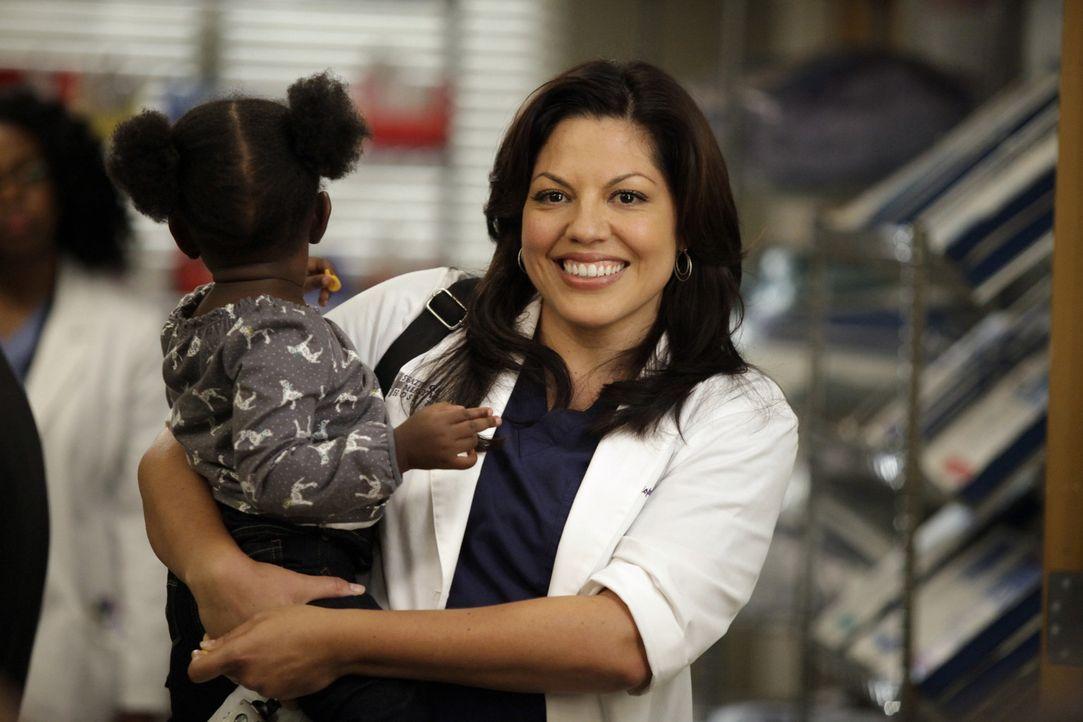 Während sich Meredith um einen aufreibenden Fall kümmert, nimmt sich Callie (Sara Ramirez, r.) Zola an .. - Bildquelle: ABC Studios