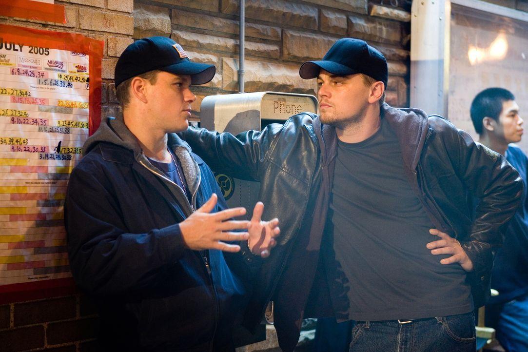 Matt Damon (l.) und Leonardo DiCaprio (r.) im Gespräch ... - Bildquelle: Warner Bros. Entertainment Inc