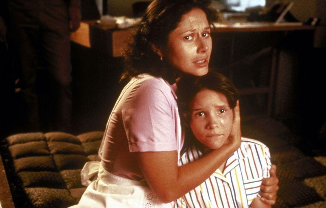 Im Visier eiskalter Killer: Rhiana Hidalgo (Theresa Saldana, l.) und ihre 8-jährige Tochter Sarah (Darsteller unbekannt) ... - Bildquelle: TriStar Pictures