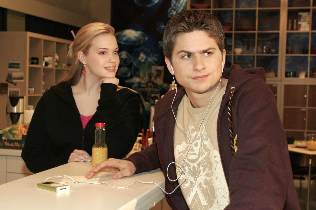 Kim (Lara-Isabelle Rentinck, l.) bemerkt belustigt Timos (Matthias Dietrich, r.) Frust darüber, dass sie mit jemand anderem geflirtet hat ... - Bildquelle: Sat.1