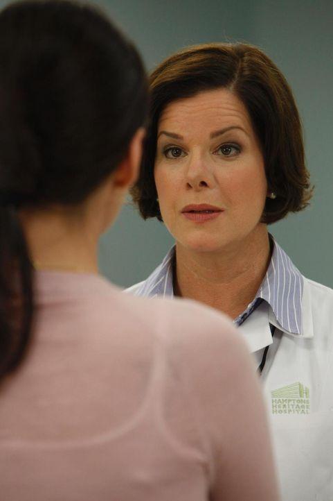 Kommen nicht besonders gut miteinander aus: Jill Casey (Jill Flint, l.) und Dr. Elizabeth Blair (Marcia Gay Harden, r.) - Bildquelle: Universal Studios