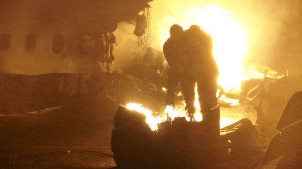 Feuerhölle: Zwei Überlebende versuchen, sich nach dem Absturz der Singapur Ai...