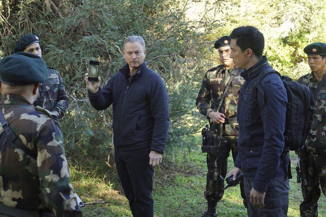 Reisen nach Nepal, um dort den Mord einer Teilnehmerin eines Yogacamps aufzuklären: Jack Garrett (Gary Sinise, 3.v.l.) und Matt Simmons (Daniel Henn... - Bildquelle: Monty Brinton 2016 CBS Broadcasting, Inc. All Rights Reserved