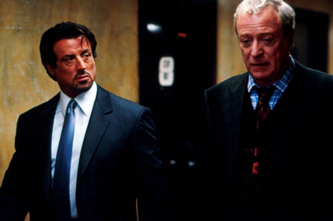 Wie leicht ist ein Mensch zu durchschauen? War Cliff Brumby (Michael Caine, r.) wirklich der Freund von Jack Carters (Sylvester Stallone, l.) ermord... - Bildquelle: Warner Bros.