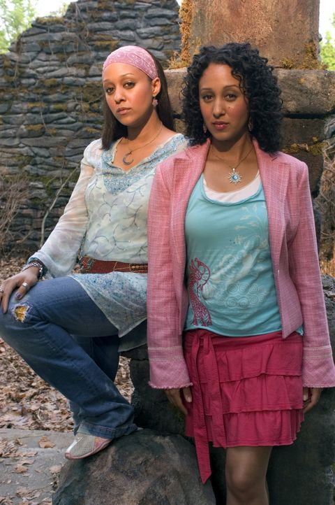 Erfahren erst am Tag ihres 21. Geburtstags, dass sie Zwillingsschwestern sind: Alex (Tia Mowry, l.) und Camryn (Tamera Mowry, r.) ... - Bildquelle: Buena Vista International Television