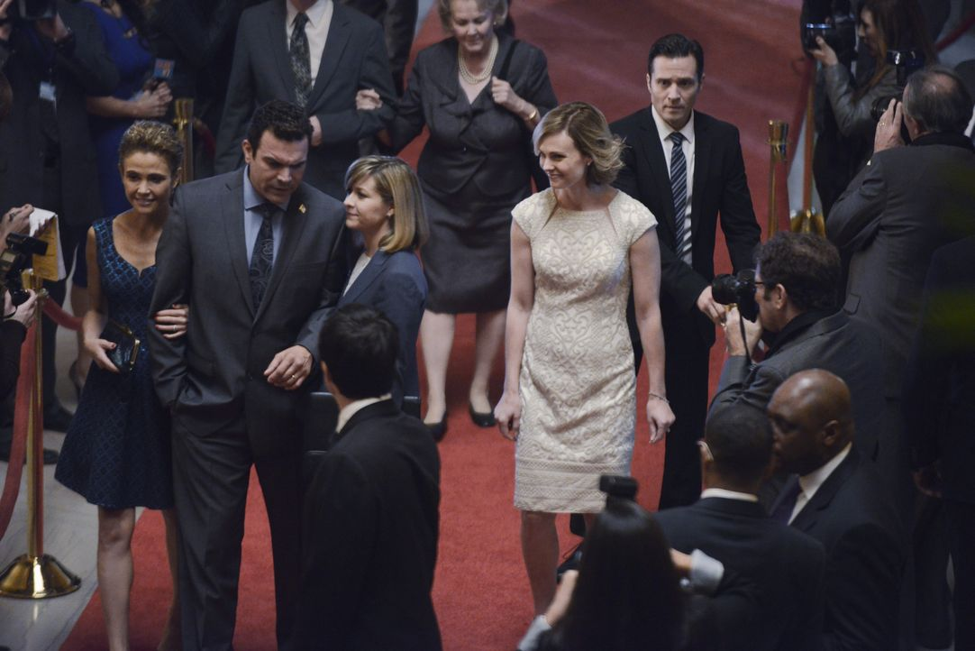 Vor der Veranstaltung hat Kevin (Seamus Dever, vorne) keine Ahnung, was mit Mrs. Lopez (Reiko Aylesworth, l.), ihrem Mann (Ricardo Chavira, 2.v.l.),... - Bildquelle: David Moir ABC Studios