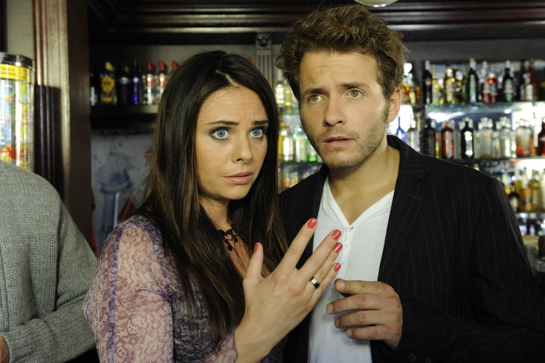 Müssen hinnehmen, dass sich ihre Ehe bis auf weiteres nicht annullieren lässt: Paloma (Maja Maneiro, l.) und Enrique (Jacob Weigert, r.) ... - Bildquelle: SAT.1