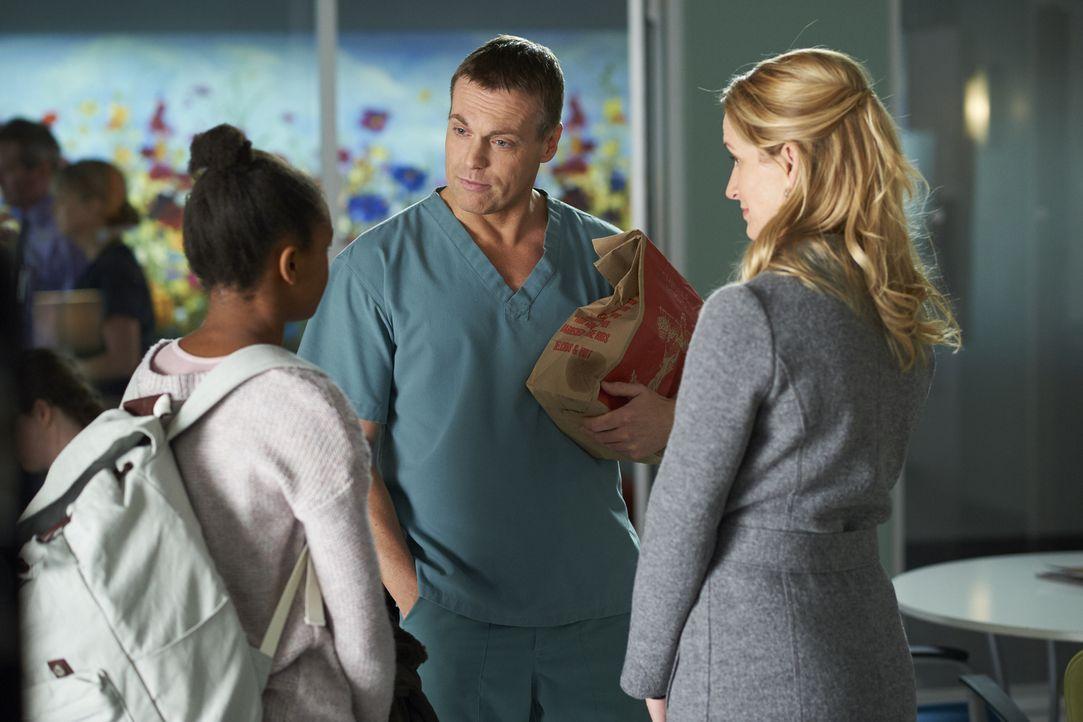 Giselle (Kaya Joubert, l.) stattet Dawn (Michelle Nolden, r.) einen Besuch ab und lässt die Ärztin schließlich an ihrem bisherigen Zielen zweifeln,... - Bildquelle: Ken Woroner 2014 Hope Zee Three Inc.