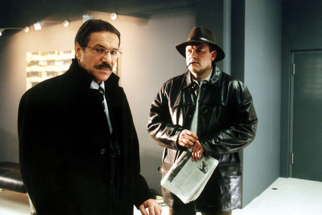 Heidfelds (Götz George, l.) Tochter Ina ist entführt worden. Kommissar Trombik (Leonard Lansink, r.) ist mit der Klärung des Falls beauftragt. Als d... - Bildquelle: Grabka Sat.1