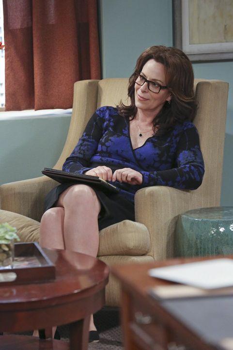 Als Penny die Psychologin Dr. Gallo (Jane Kaczmarek) als Kundin gewinnen möchte, überredet sie Leonard sich bei dieser auf die Couch zu legen, um sc... - Bildquelle: 2015 Warner Brothers