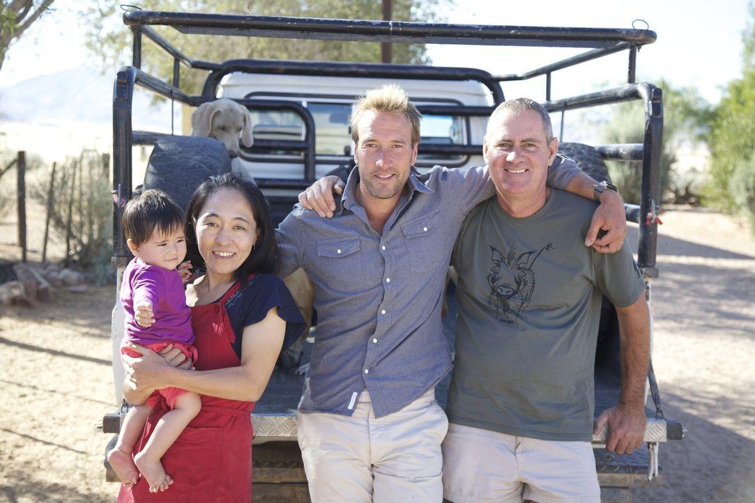 In Namibia trifft Ben Fogle (2.v.r..) auf Boesman (r.) und dessen Familie ... - Bildquelle: Renegade Pictures