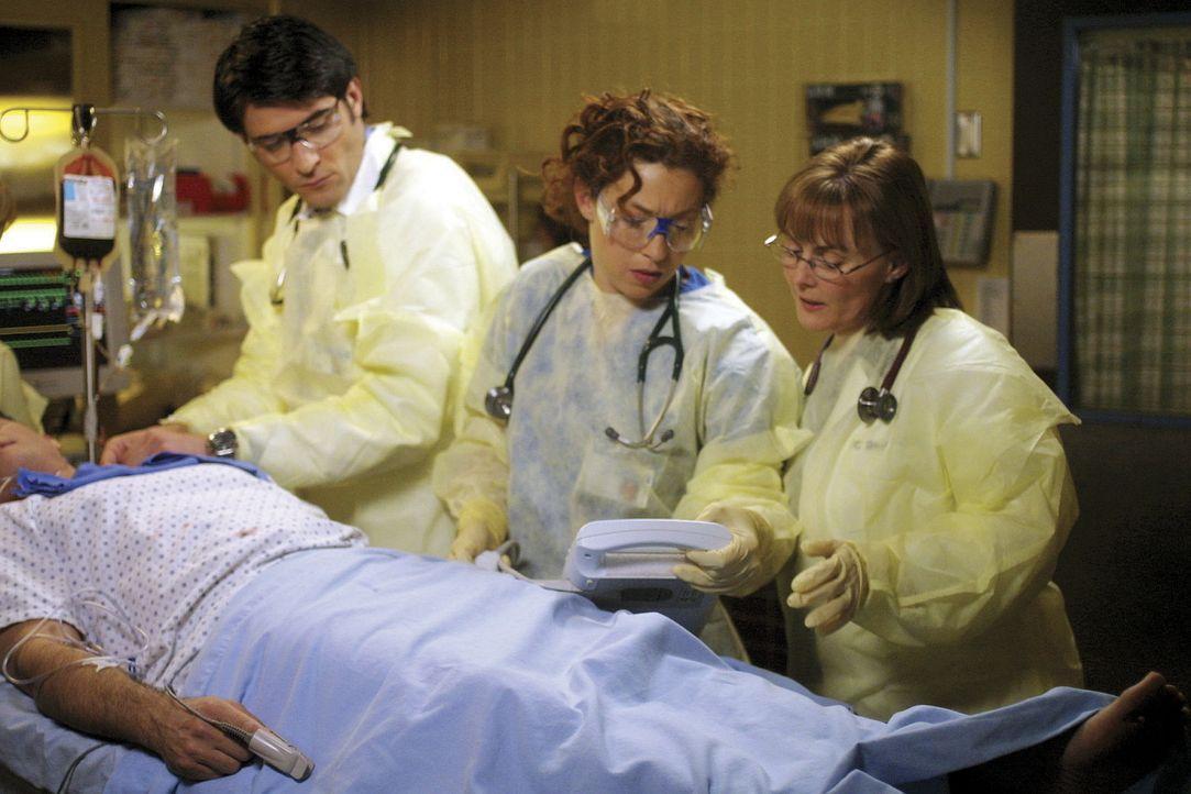 Gemeinsam versuchen Dr. Elizabeth Corday (Alex Kingston, M.) Dr. Kerry Weaver (Laura Innes, r.) und Luka Kovac (Goran Visnjic, l.) einen bei einem R... - Bildquelle: TM+  2000 WARNER BROS.