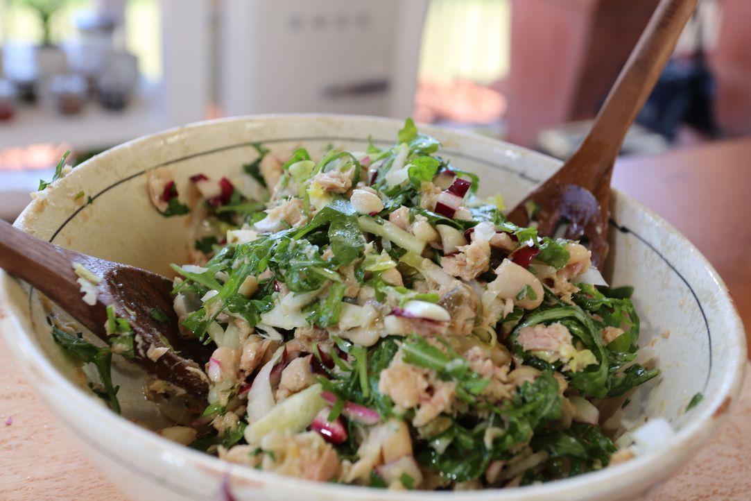 Während der Bootsfahrt können Giada und ihre Familie sich an einem italienischen Thunfisch Salat erfreuen, um den Hunger zu stillen ... - Bildquelle: 2016,Television Food Network, G.P. All Rights Reserved