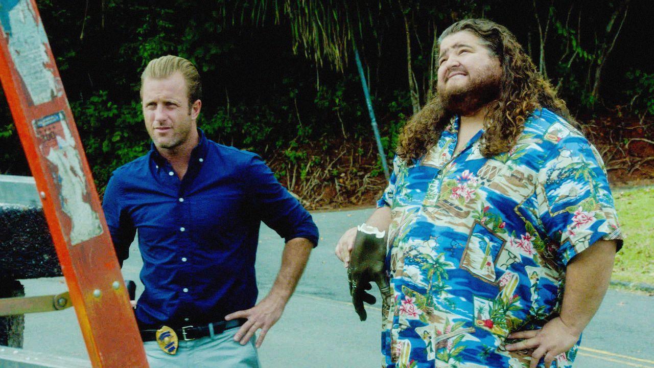 Versuchen gemeinsam, einen Mörder zu finden: Danny (Scott Caan, l.) und Jerry Ortega (Jorge Garcia, r.) ... - Bildquelle: 2013 CBS BROADCASTING INC. All Rights Reserved.