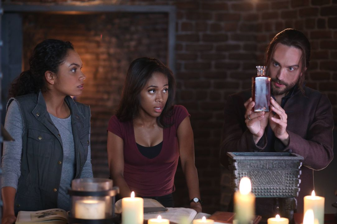 Schnell wird Jenny (Lyndie Greenwood, l.), Abbie (Nicole Beharie, M.) und Ichabot (Tom Mison, r.) bewusst, dass diese Flüssigkeit niemals in die fal... - Bildquelle: 2014 Fox and its related entities. All rights reserved