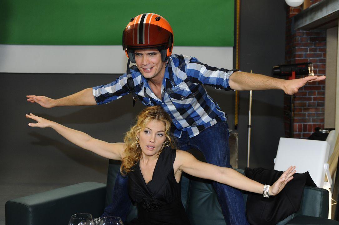 Genießen ihre Nähe: Annett (Tanja Wenzel, unten) und Alexander (Paul Grasshoff, oben) ... - Bildquelle: SAT.1
