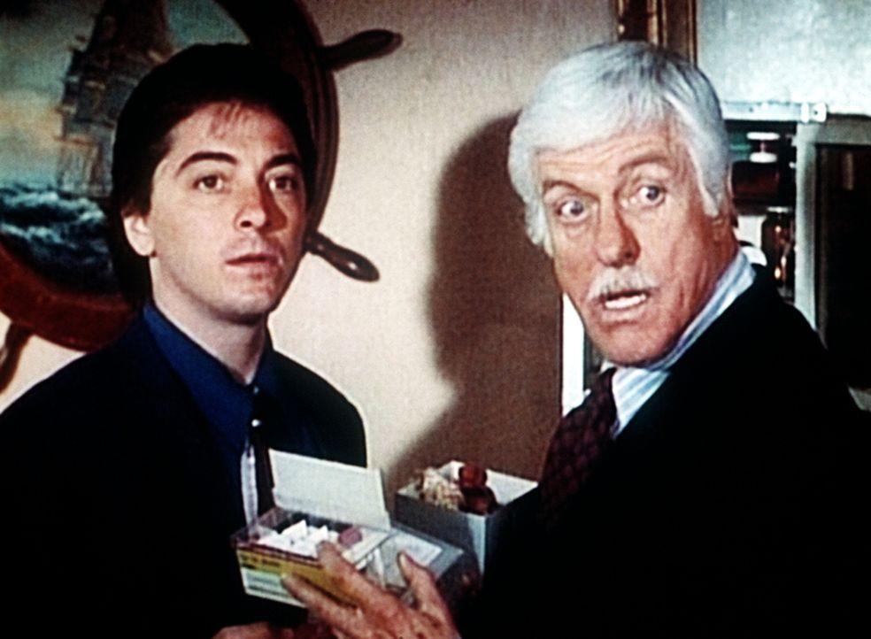Dr. Sloan (Dick Van Dyke, r.) und Jack (Scott Baio, l.) werden bei den Ermittlungen überrascht. - Bildquelle: Viacom